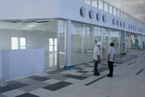 Kualanamu Survey 11-12 Peb 2013 040 = ruang P-5b shopfront sudah berkaca - ada hydrant box